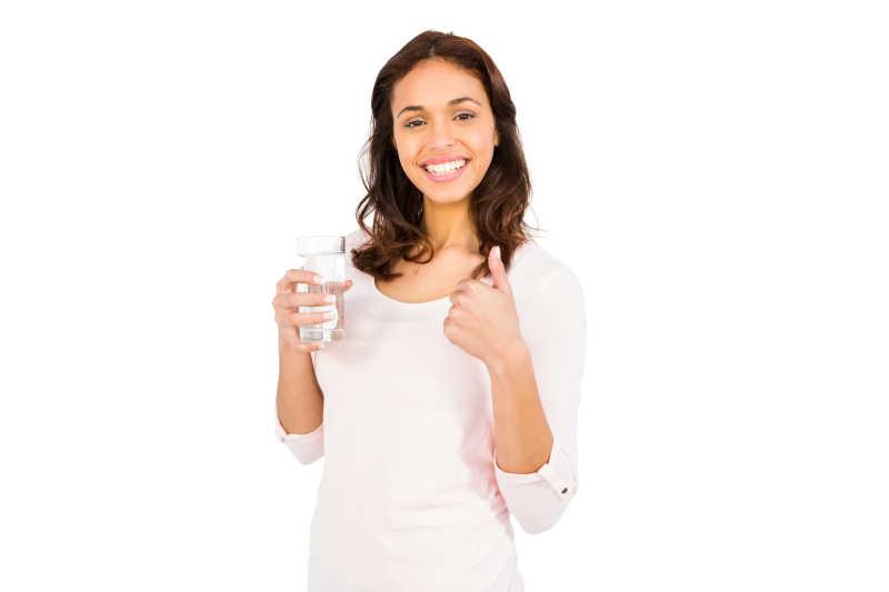 面带微笑的女人拿着一杯水