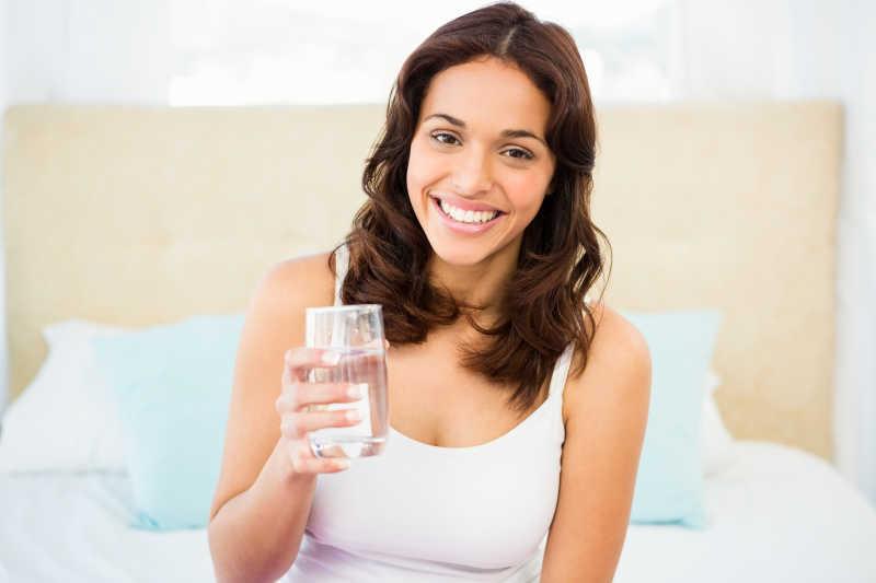 拿着一杯水的快乐女孩