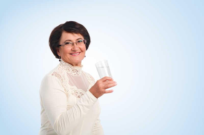 拿着一杯水的中年女性