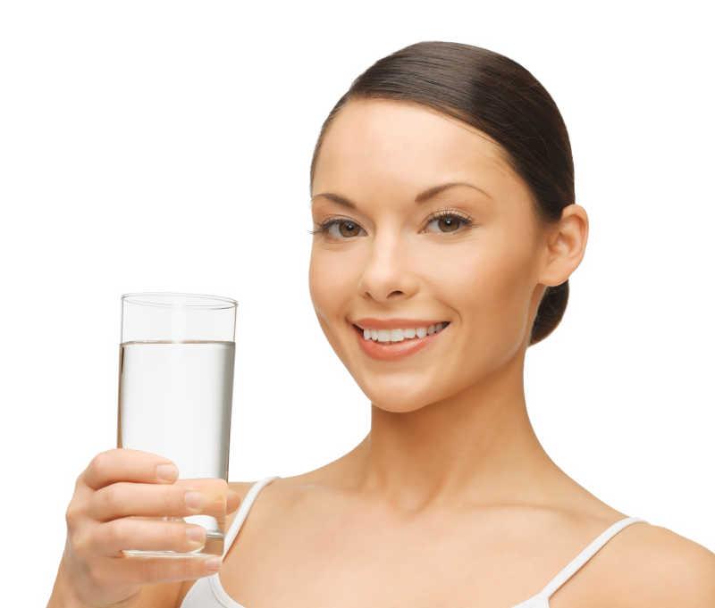 拿着一杯水的漂亮女人