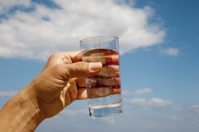 拿着一杯纯净水的手