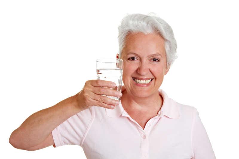 拿着水杯的老奶奶