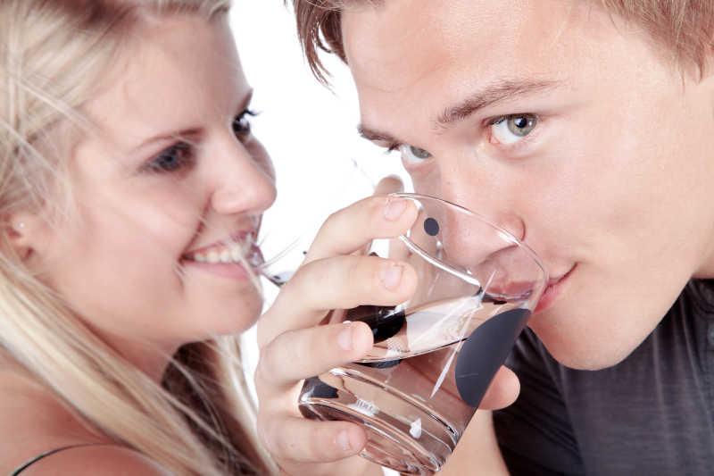 一起喝水的年轻夫妇
