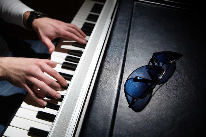 钢琴上的墨镜
