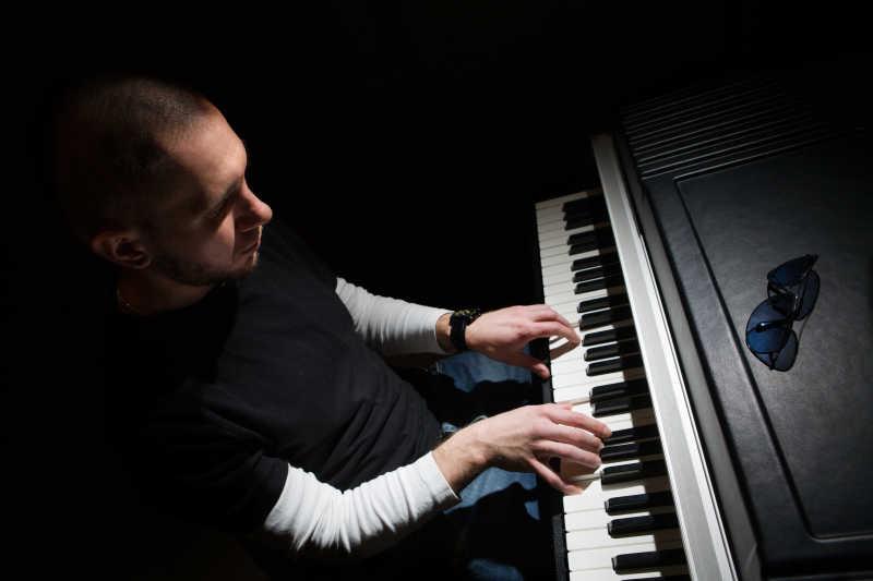 演奏音乐的男性钢琴家