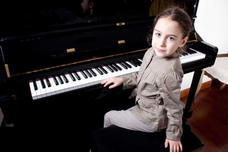 弹奏钢琴的小女孩