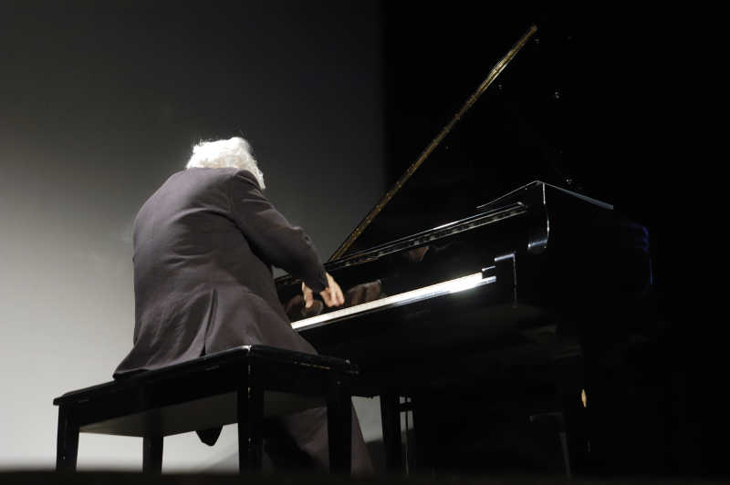 老钢琴家正在演奏钢琴