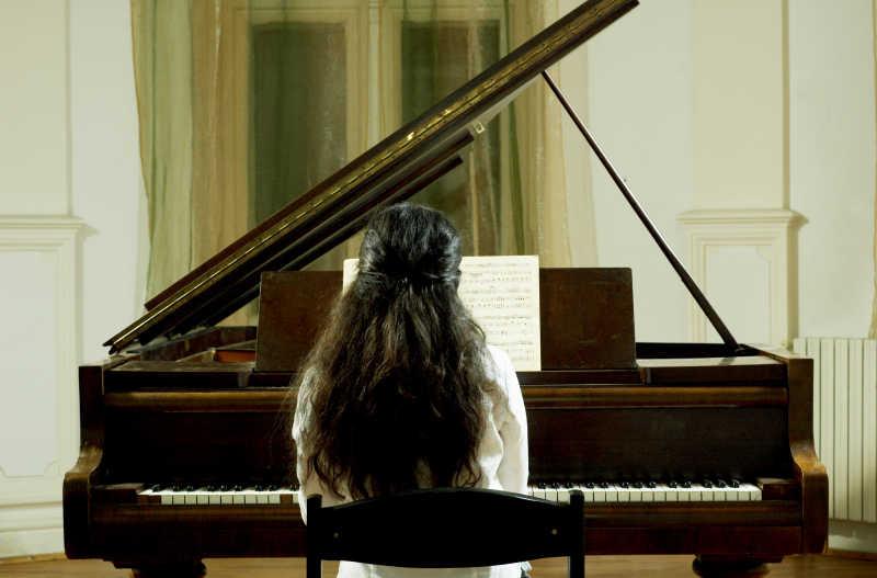 钢琴前的小女孩