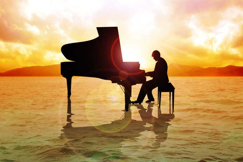 在沙滩上弹奏钢琴的音乐家