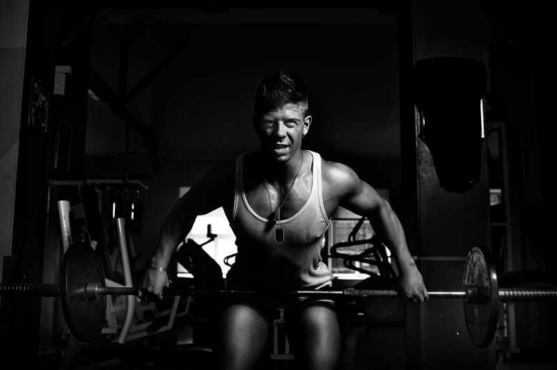 用杠铃做运动的肌肉男