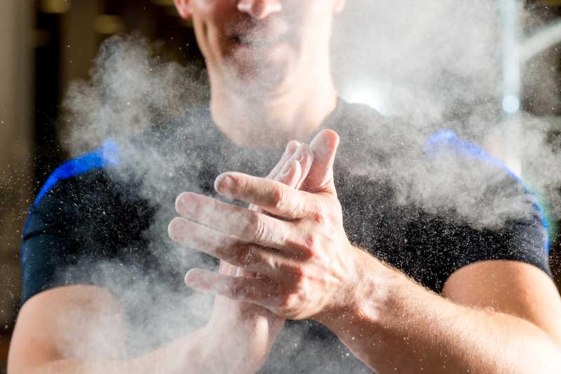 运动员拍滑石粉做准备