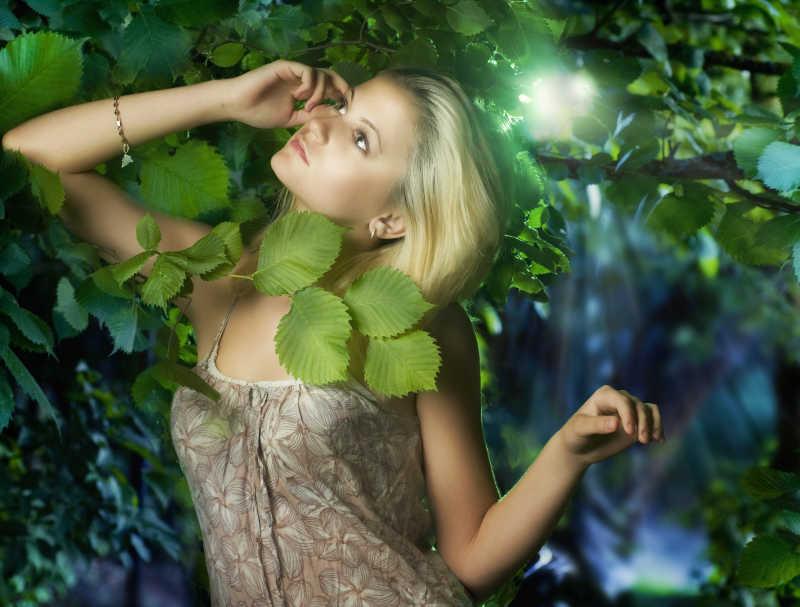 仙女林中的美丽女孩