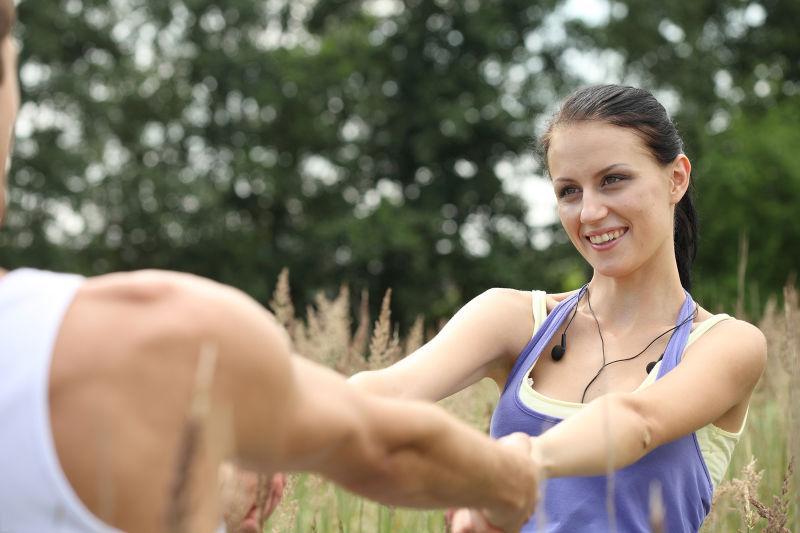 在公园里手拉手的年轻夫妇