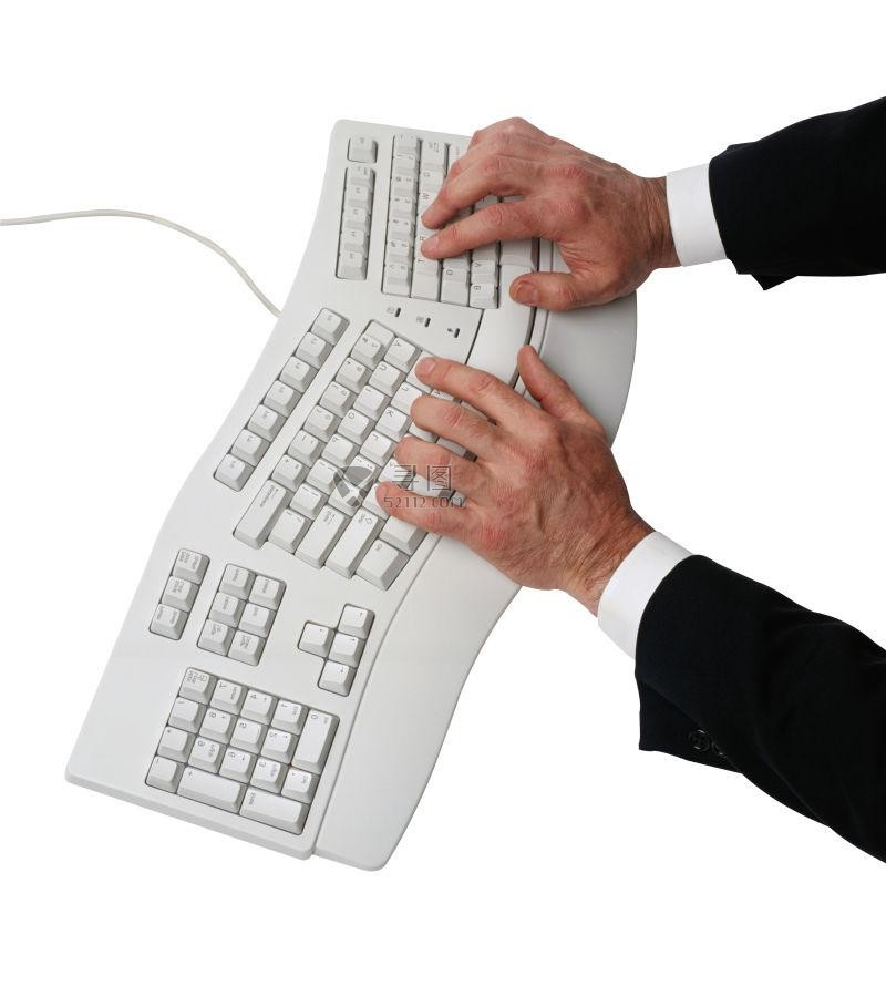 键盘上打字的一双手