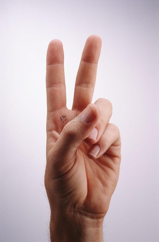 摆出胜利手势的男人手指