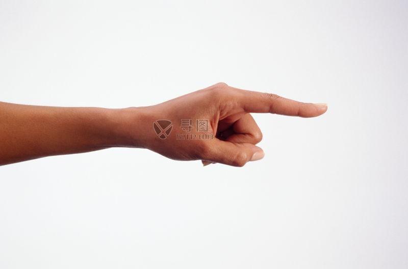 白色背景下男人的手指指向一方