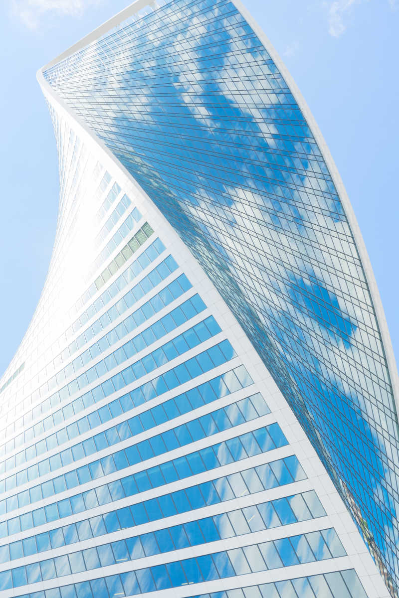 现代化的玻璃摩天大楼