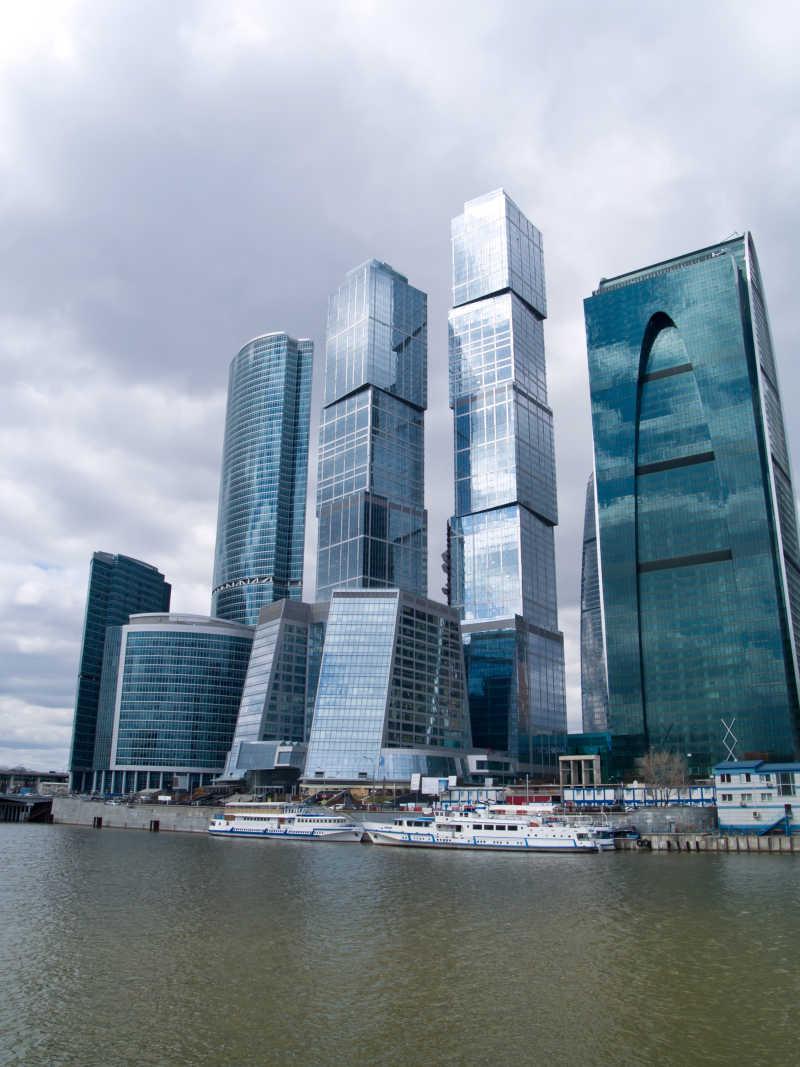 莫斯科市俄罗斯街沿河的摩天大楼