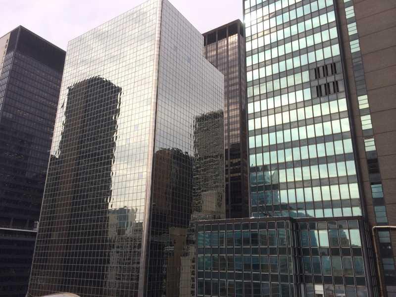 现代钢与玻璃结构的摩天大楼