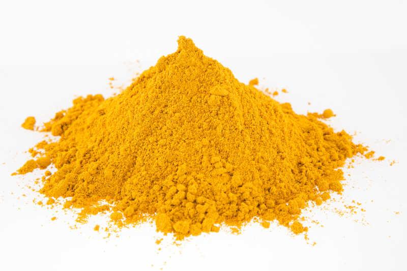 白色背景下的一堆姜黄粉