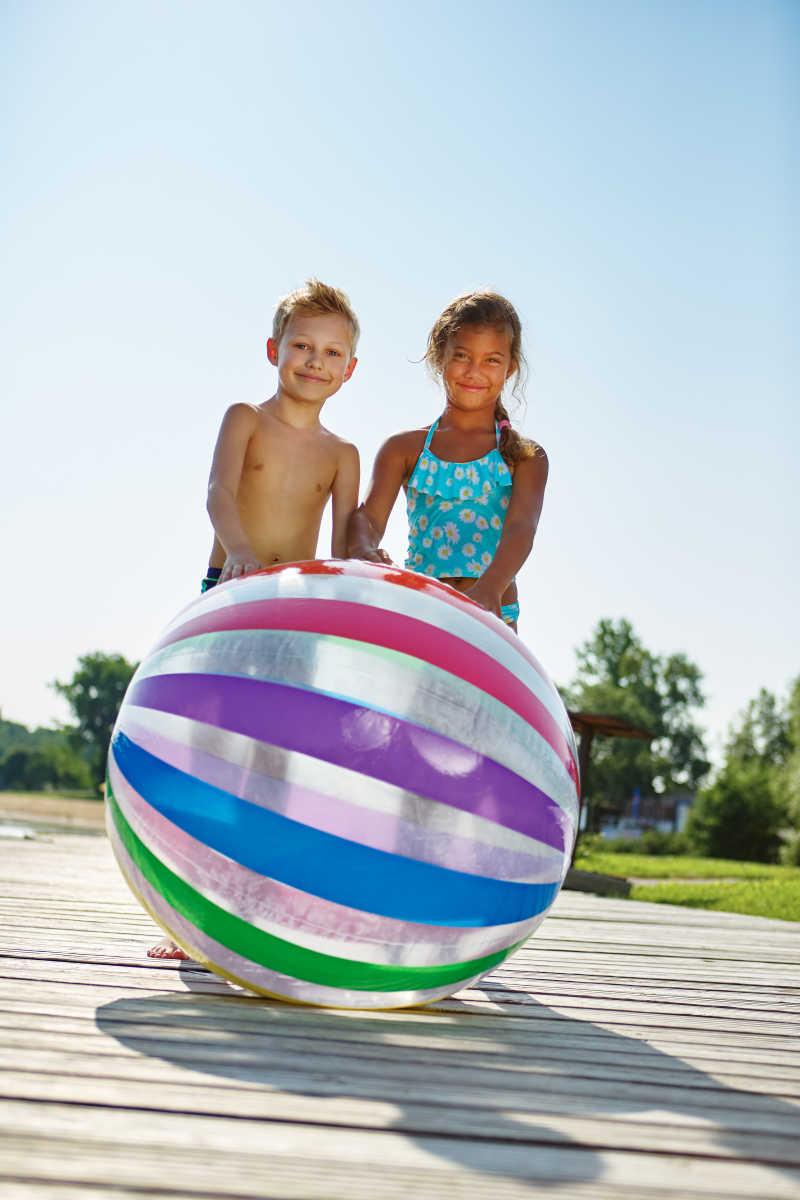 两个孩子在玩水球