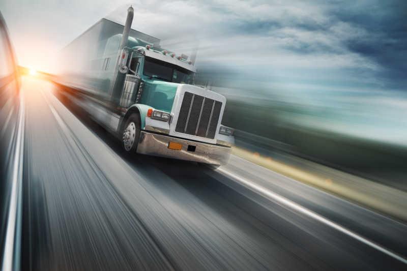 在公路上高速行驶的卡车