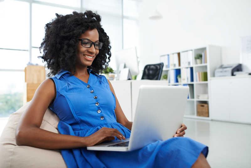 在办公室里工作的非洲美女