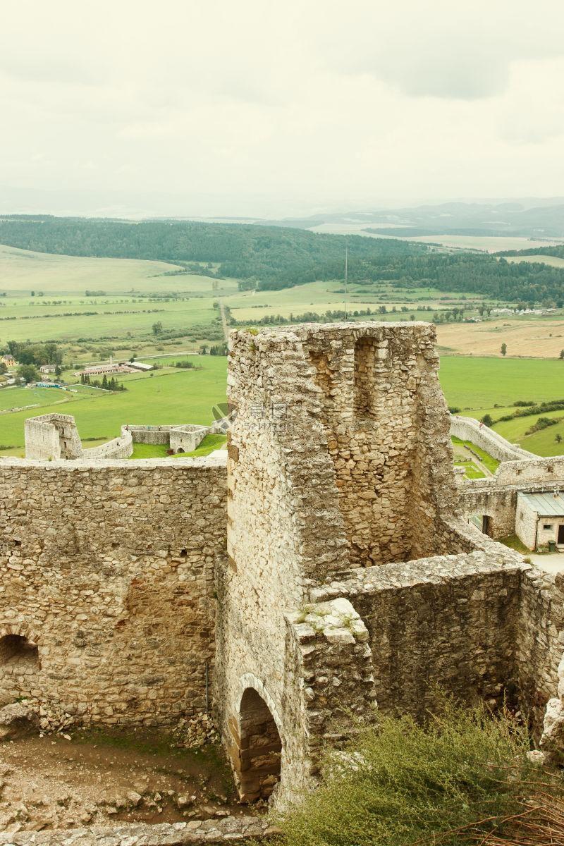一座古老城堡的废墟