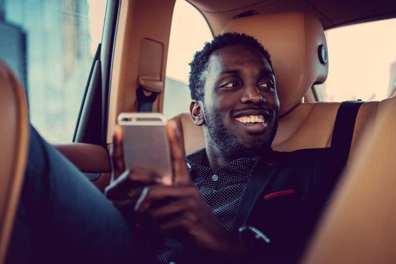 豪华车里笑着的男人