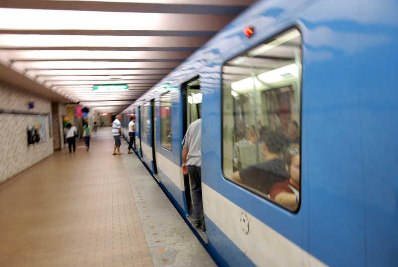 地铁站内的地铁和乘客