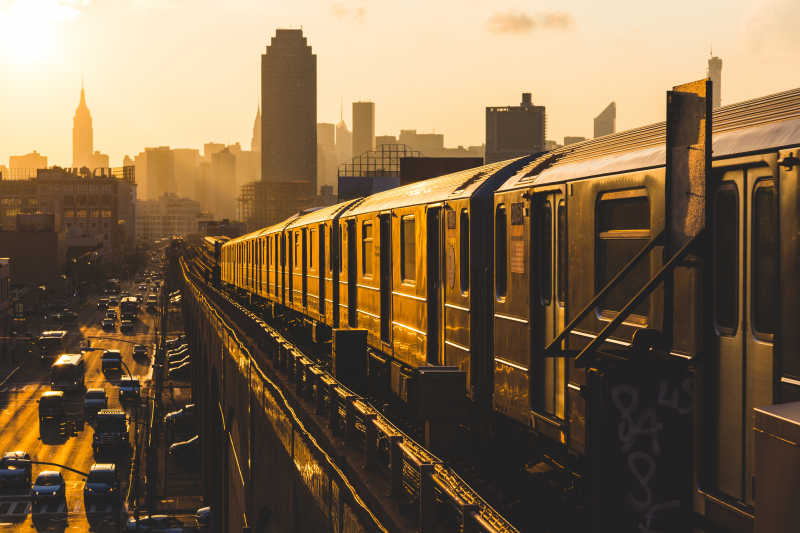 日落时的纽约地铁和马路上的汽车