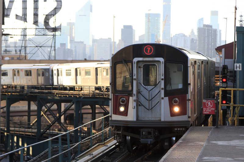 正在进站的7号线地铁