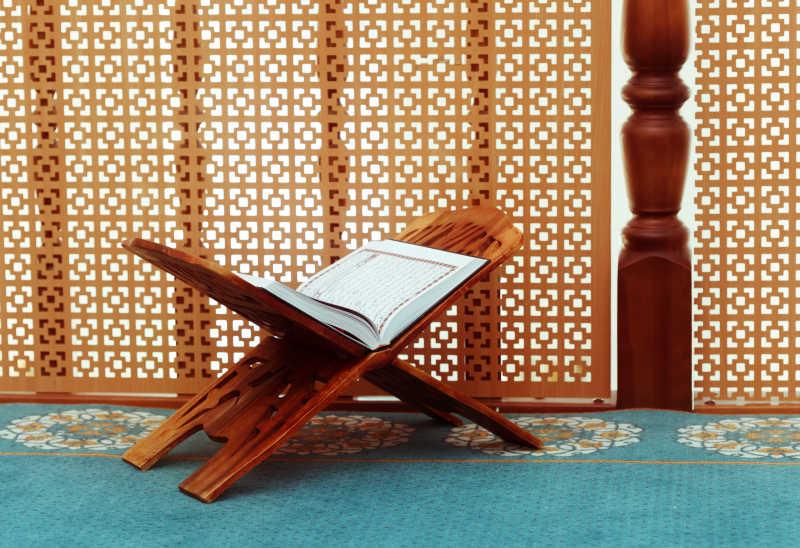 伊斯兰教内木架子上的伊斯兰教圣书