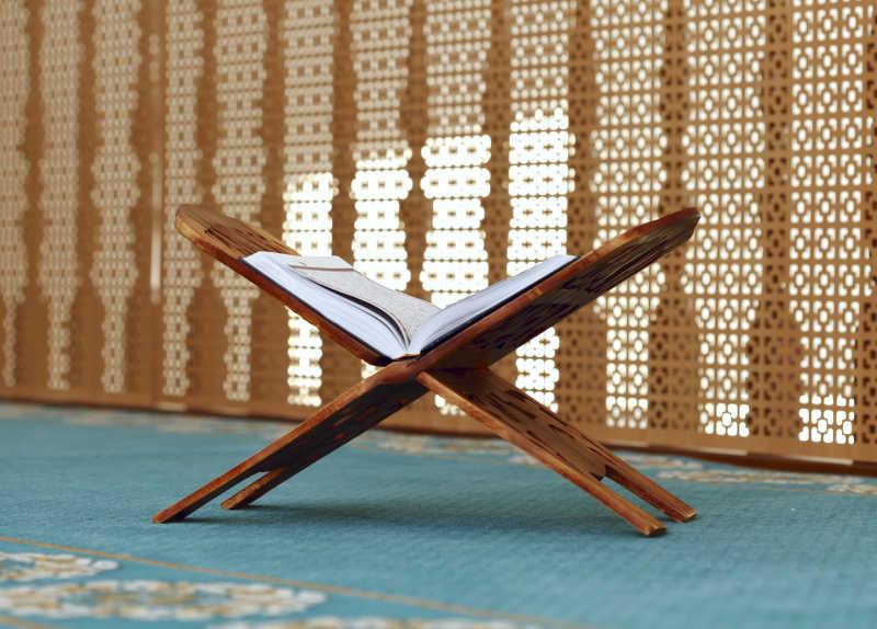 伊斯兰教内木架子上放着伊斯兰教圣书