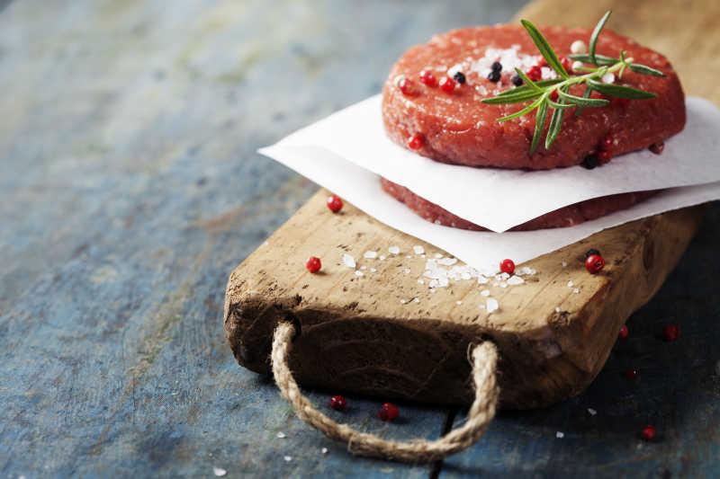 放在木板上的牛排肉片