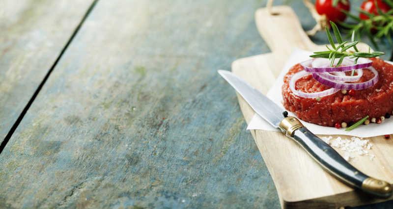 木板的一块牛排与小刀