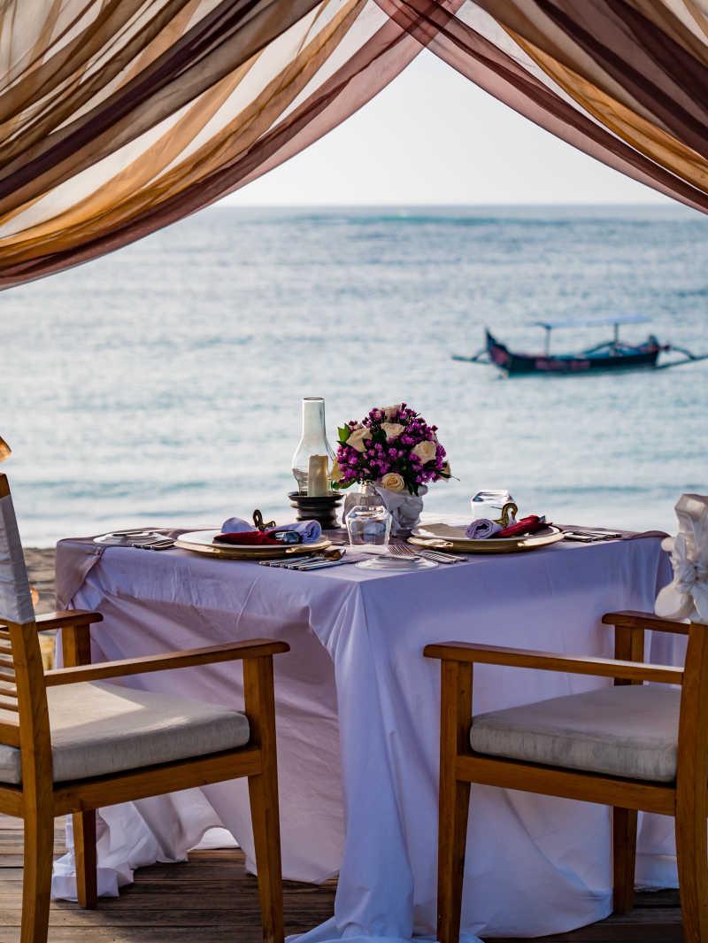 海滩上布置浪漫的晚餐