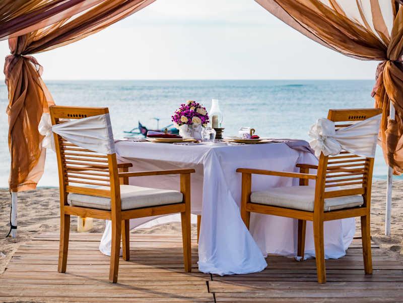 海滩上亭子里的餐具