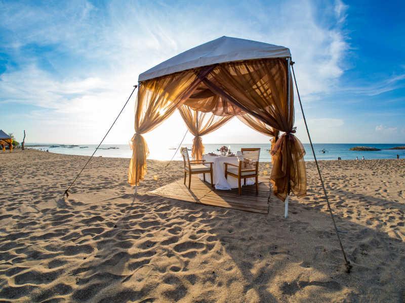 海边搭建的棚浪漫的晚餐