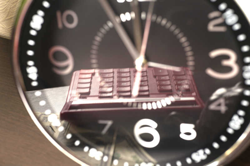 手表与倒映出的计算器