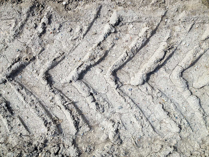 泥土上有着深深的车辆开过的痕迹