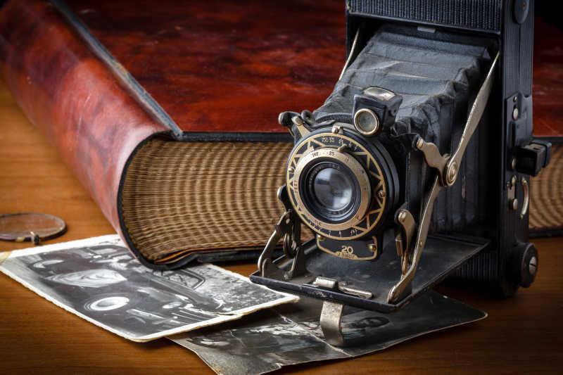 放在桌上的相机