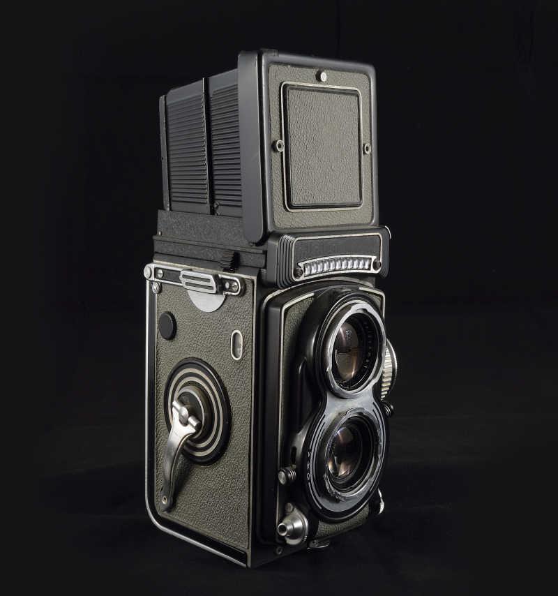 黑色背景下的相机