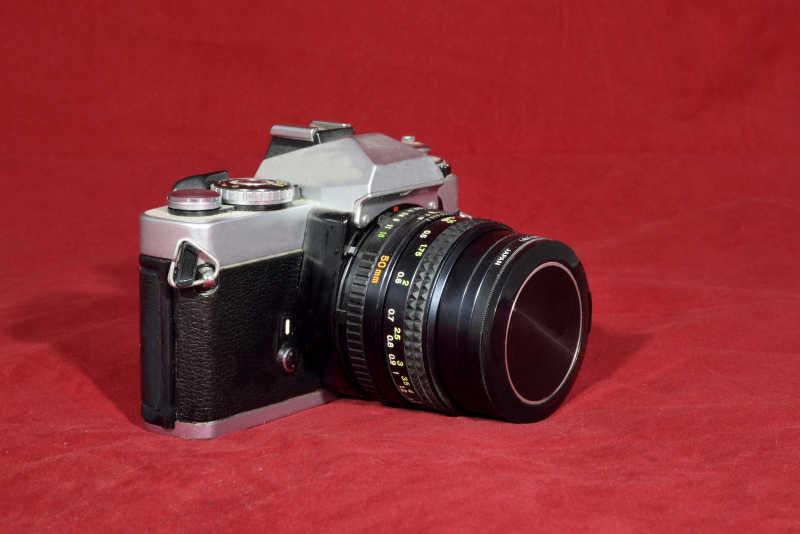 放在红色毯子上的相机