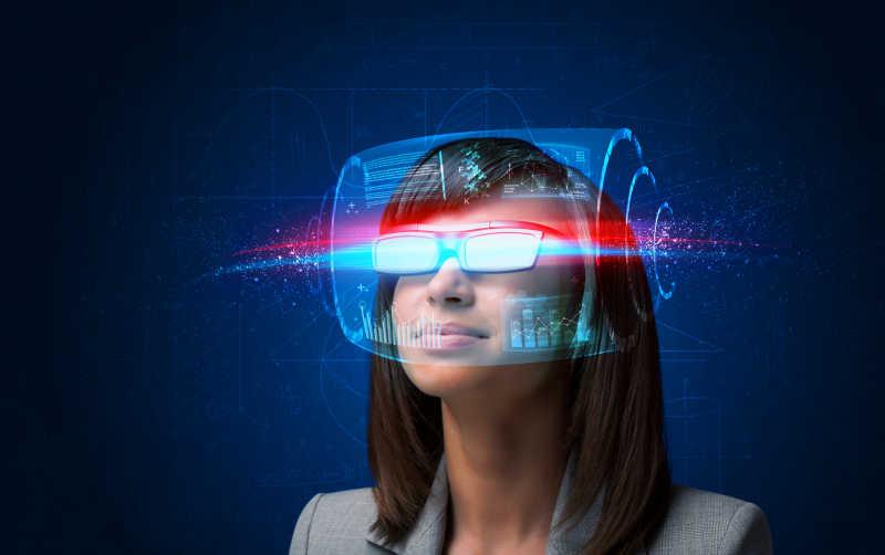 蓝黑色背景前模拟带着3D虚拟眼镜的女人