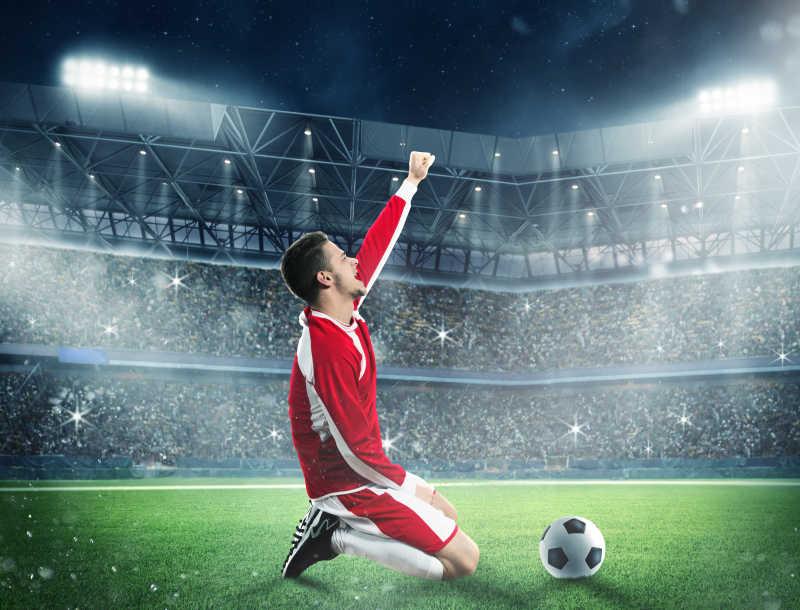 跪在足球场上激动的男人