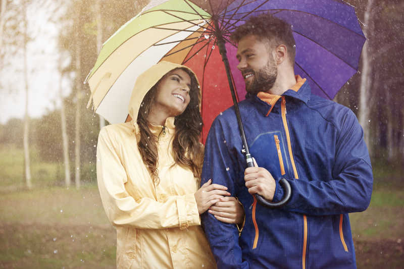 男女吵架下雨的图片_穿雨靴的男女图片素材-草地水坑旁穿雨靴的男女脚部特写创意 ...