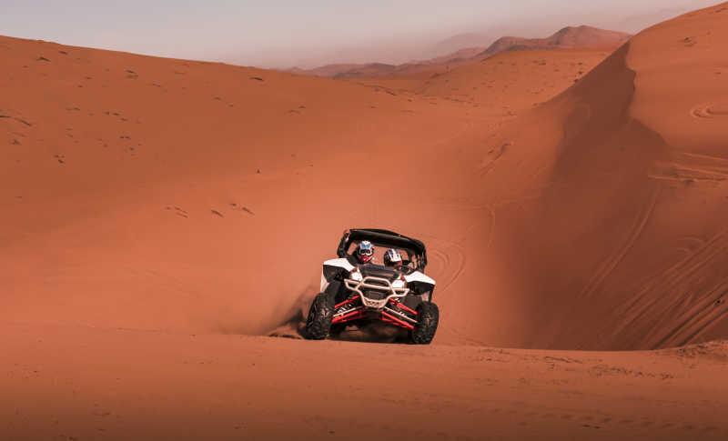穿越沙漠的赛车