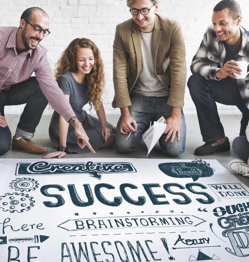 团队协作取得成功的商人们