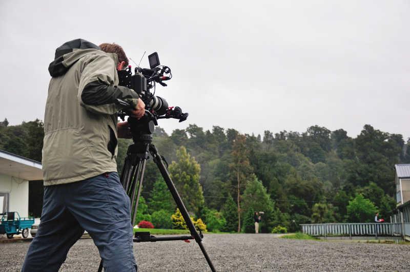 摄影师在使用摄像机工作